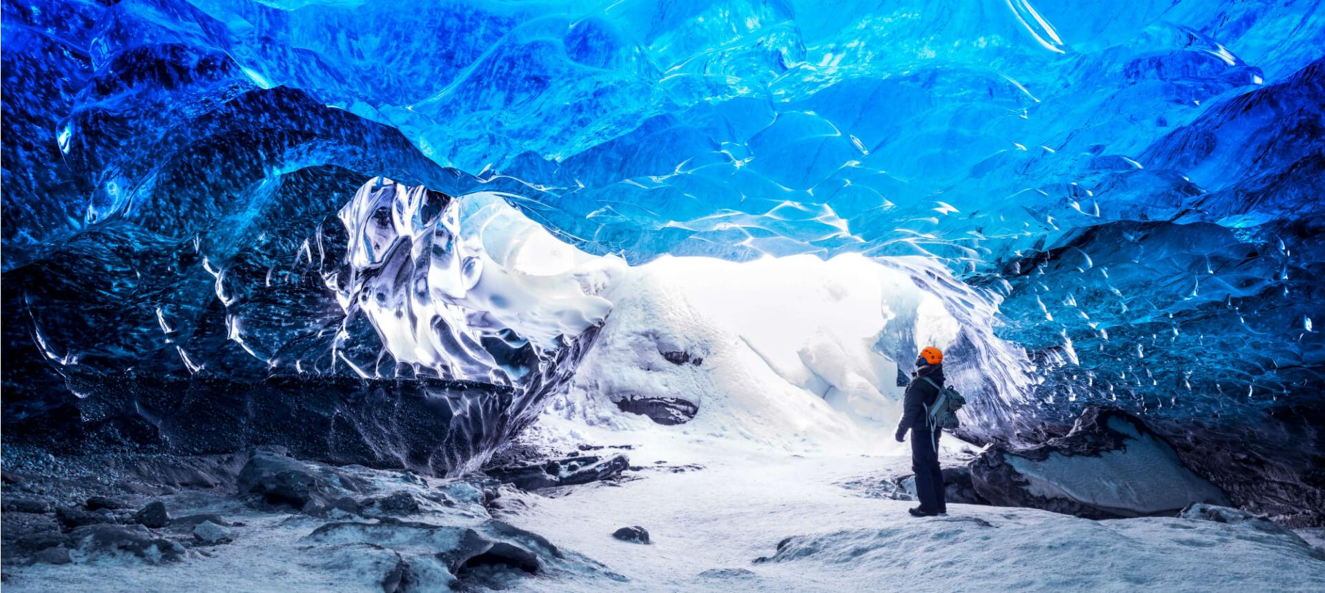 blaue Eishöhle mit Forscher